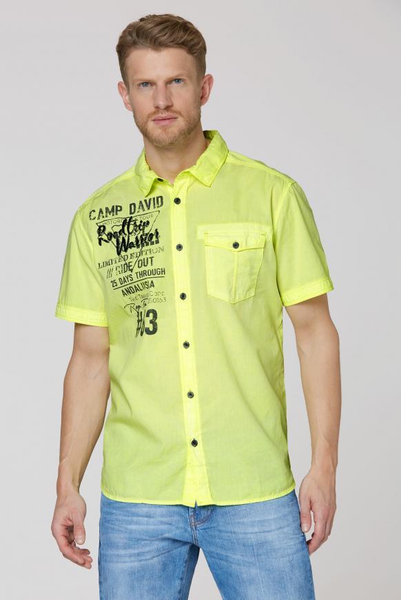 Kurzarmhemd mit Artworks und Tasche neon lime