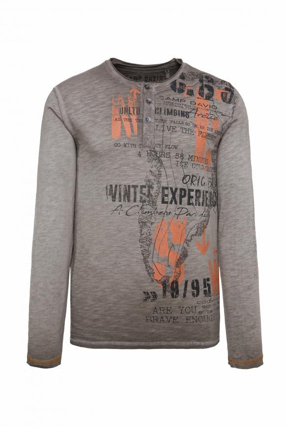 Henley-Shirt mit großem Label Print stone brown
