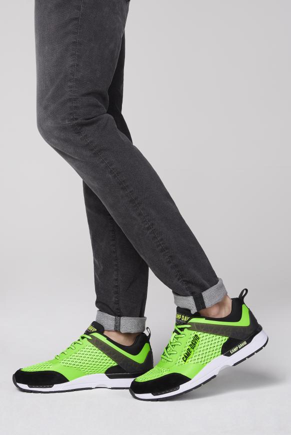 Sneaker aus Mesh mit 3D-Logo-Design signal green